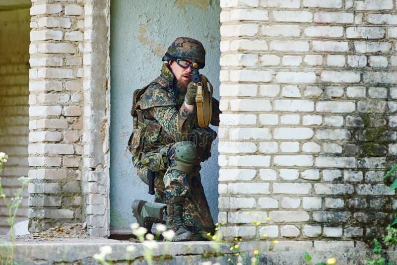 Soldado militar com rifle imagens de stock