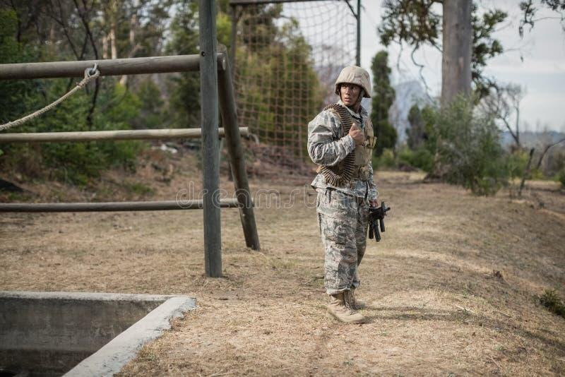Soldado militar durante o exercício de formação com arma fotos de stock
