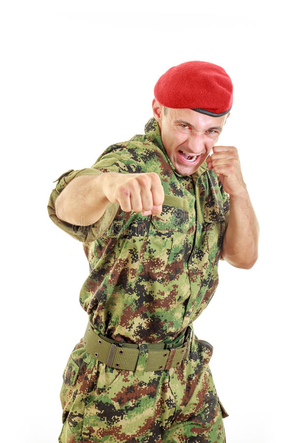 Soldado militar enojado en el uniforme y el casquillo que golpean con el puño fotos de archivo libres de regalías