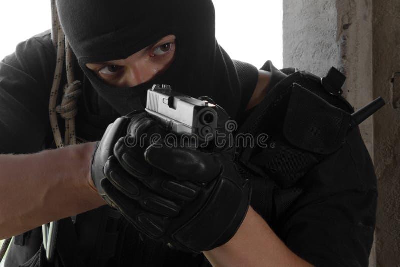 Soldado na máscara preta que alveja com um injetor imagens de stock