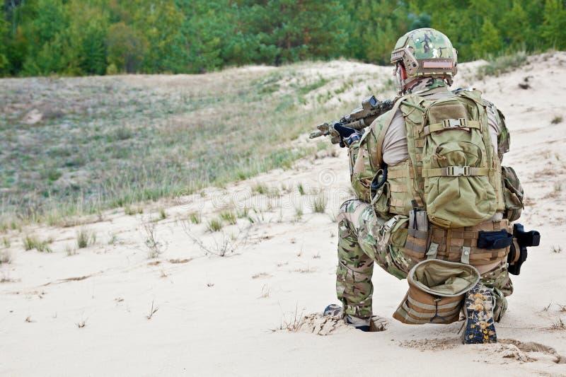Soldado no deserto fotografia de stock