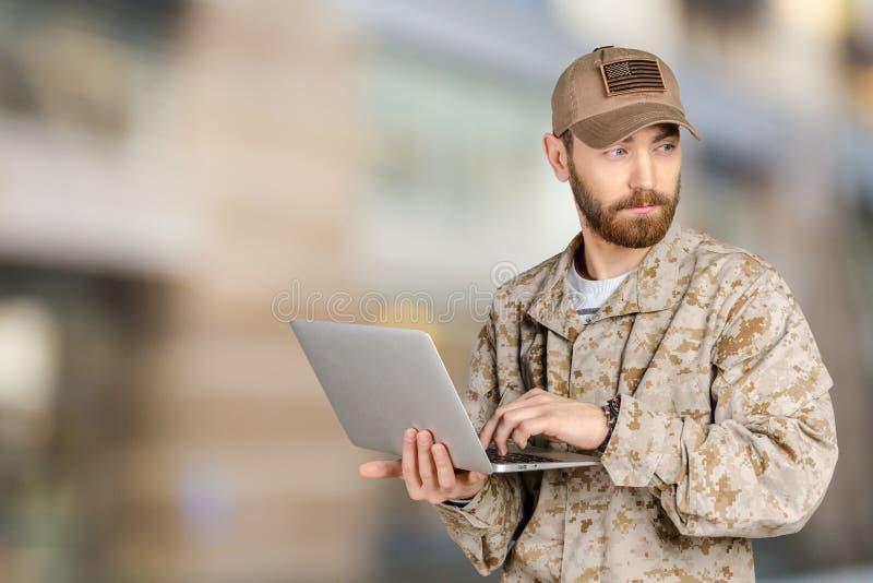 Soldado novo do exército com um portátil fotos de stock royalty free