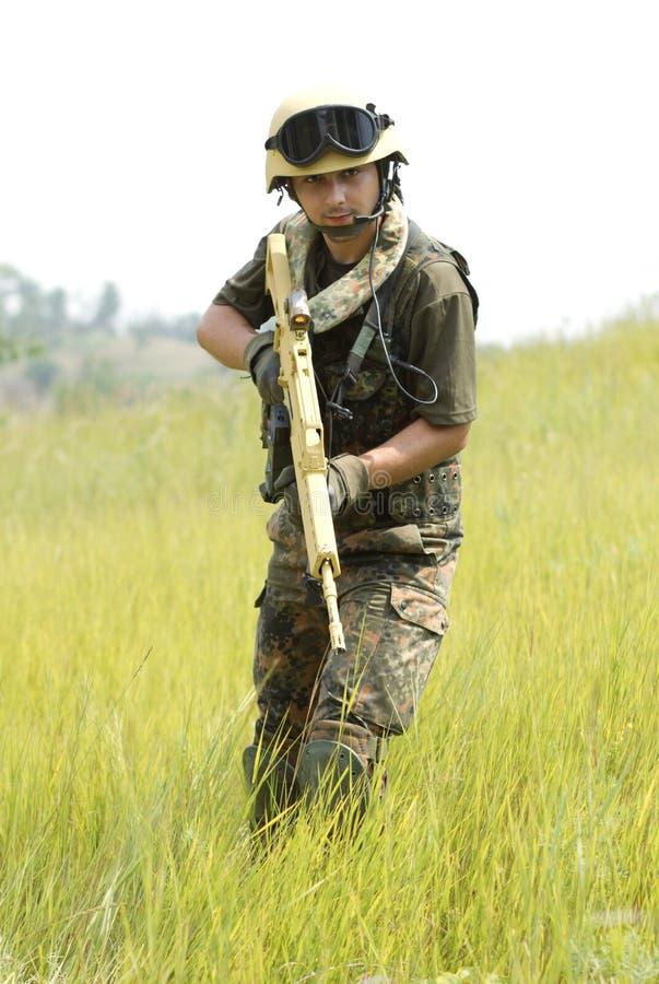 Soldado novo no capacete com um injetor imagem de stock