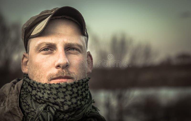 Soldado pensativo brutal pensativo del hombre que mira en el retrato del grunge de la distancia imagen de archivo libre de regalías
