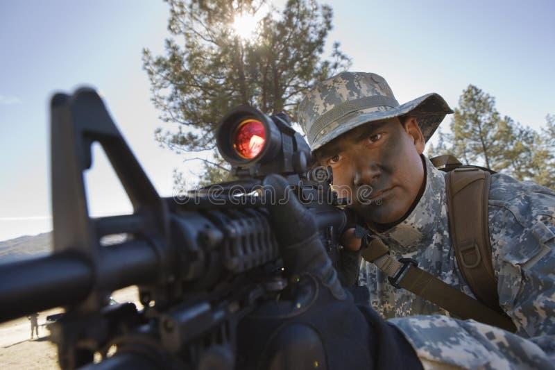Soldado Pointing Rifle fotos de stock
