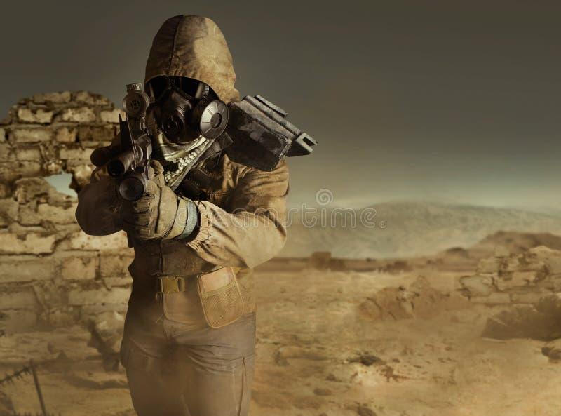 Soldado poste-apocalíptico del desierto que apunta la situación con el rifle imagenes de archivo