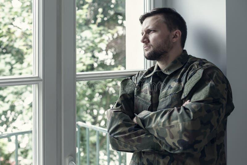 Soldado profissional no uniforme verde de moro com síndrome da guerra e problema da violência foto de stock