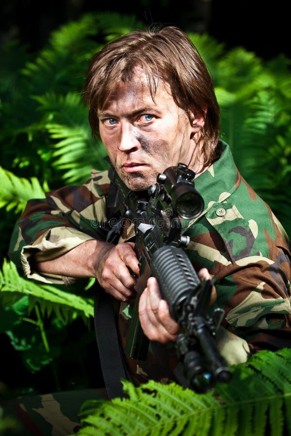 Soldado que apunta un arma imagen de archivo libre de regalías