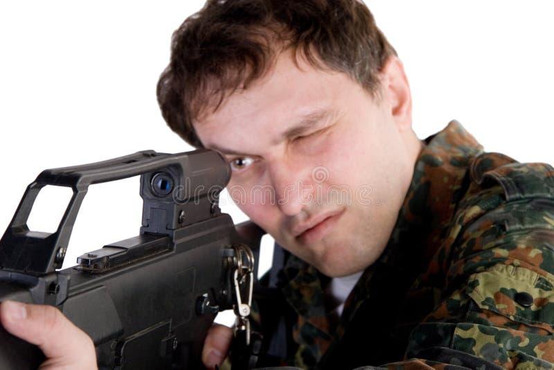 Soldado que apunta un arma foto de archivo