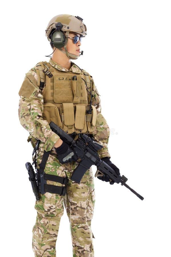 Soldado que detiene a un francotirador en un fondo blanco foto de archivo libre de regalías