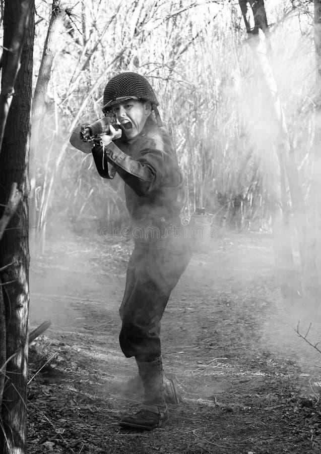 Soldado que grita e que despede o rifle M1 fotos de stock