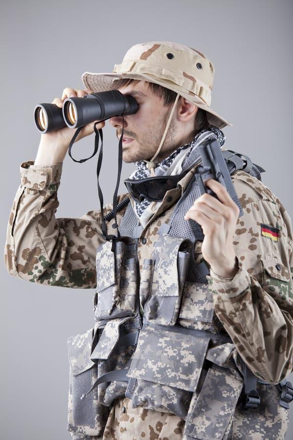 Soldado que olha através dos binóculos fotos de stock royalty free