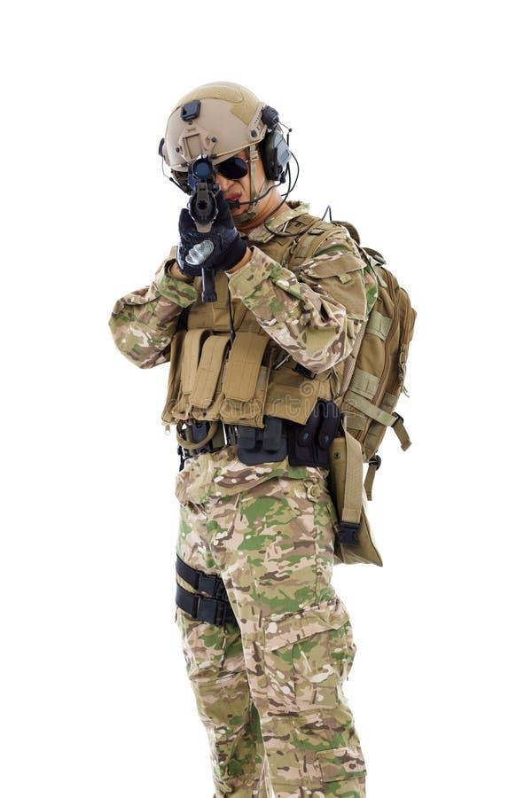 Soldado que visa com o rifle ou o atirador furtivo, isolado no branco imagens de stock royalty free