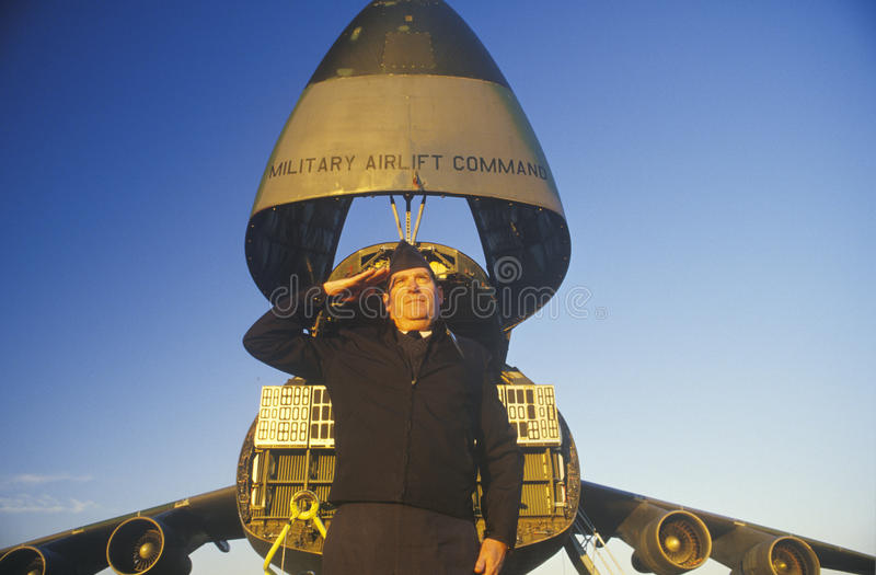 Soldado Saluting na frente dos aviões, Dover Airforce Base, Dôvar, Delaware imagens de stock royalty free