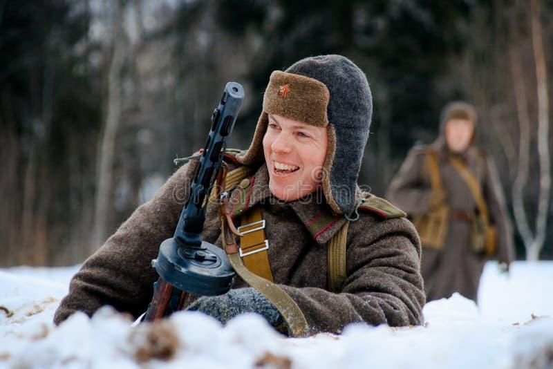 Soldado sonriente de la infantería del ejército rojo con su subfusil ametrallador de PPSh fotografía de archivo libre de regalías