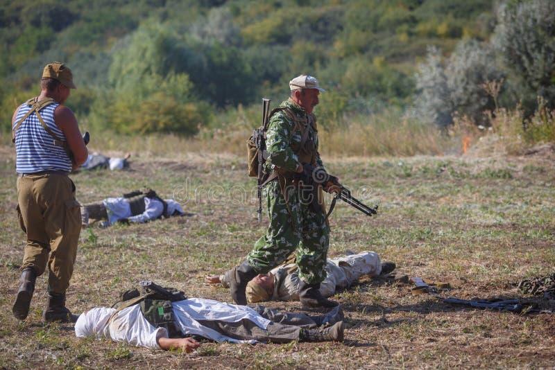 Soldado soviético com uma arma em sua mão contra o contexto do Mujahideen assassinado fotos de stock royalty free