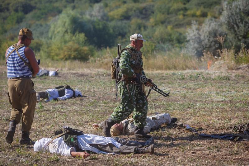 Soldado soviético con un arma en su mano contra el contexto del Mujahideen asesinado fotos de archivo libres de regalías
