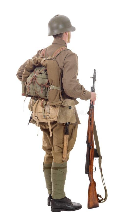 Soldado soviético joven con el rifle en el fondo blanco fotos de archivo libres de regalías