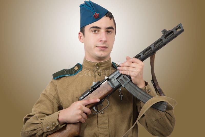 Soldado soviético joven con la ametralladora, ww2 fotos de archivo