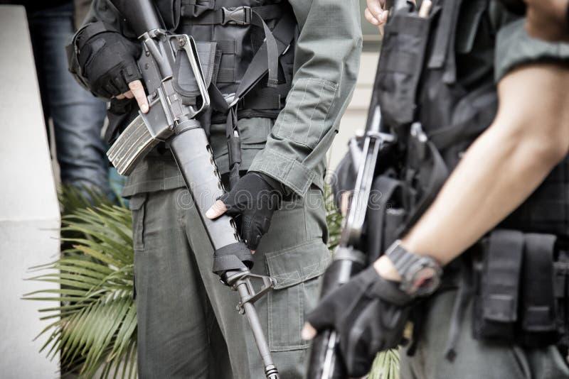 Soldado tailand?s que guarda a arma m16 no uniforme completo do ex?rcito For?as armadas tailandesas na zona do toque de recolher  imagens de stock