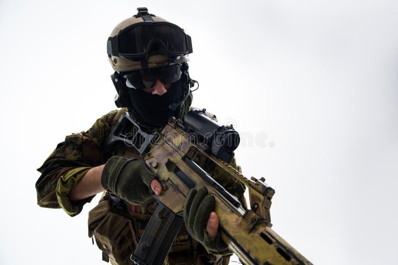 Soldado tranquilo que sostiene el arma moderna fotos de archivo libres de regalías