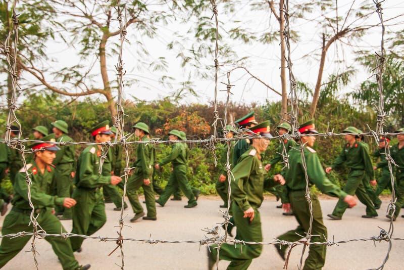 Soldado vietnamiano novo atrás do arame farpado, durante o vis do local imagens de stock royalty free