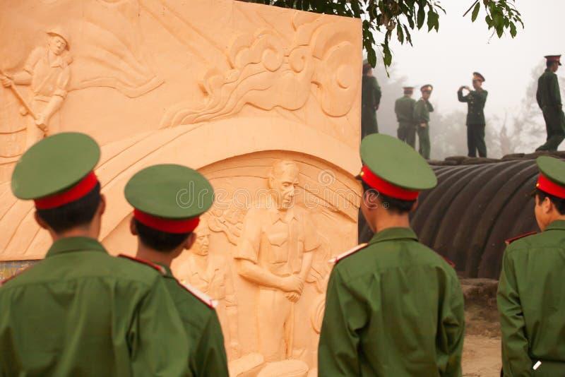 Soldado vietnamita joven que mira la estatua del De general francés Castries la arcón, el campo más importante del francés fotografía de archivo libre de regalías