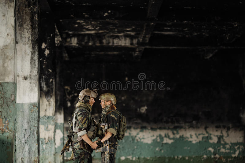Soldado y su esposa en el campo de batalla fotografía de archivo
