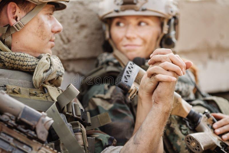 Soldado y su esposa en el campo de batalla fotografía de archivo libre de regalías