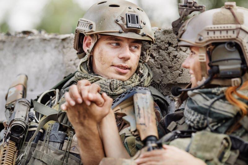 Soldado y su esposa en el campo de batalla foto de archivo