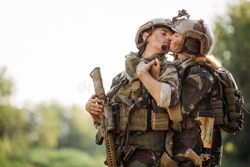 Soldado y su esposa en el campo de batalla fotos de archivo