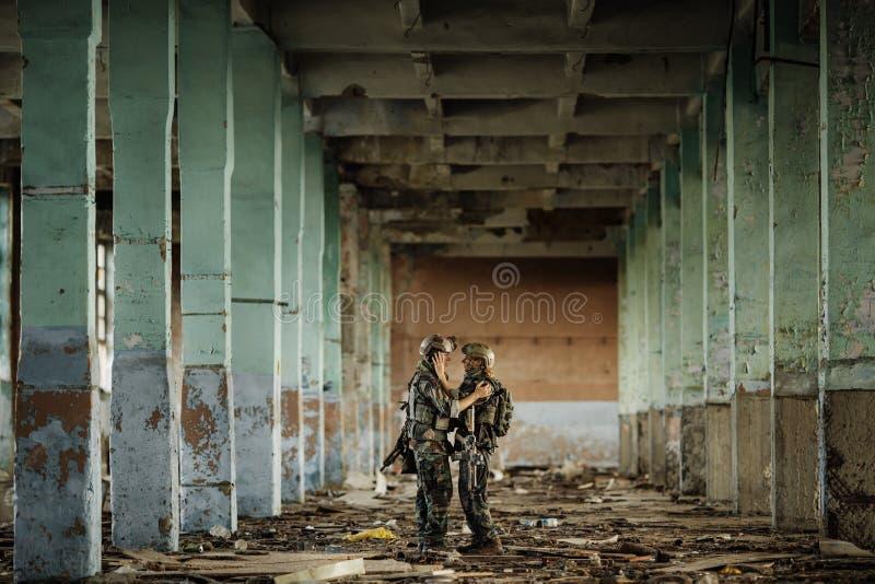Soldado y su esposa en el campo de batalla fotos de archivo libres de regalías