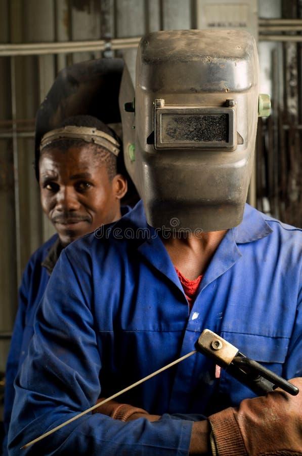 Soldador africano com máscara fotos de stock