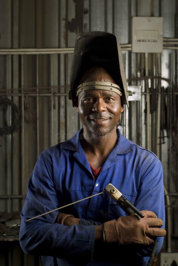Soldador africano com máscara imagens de stock