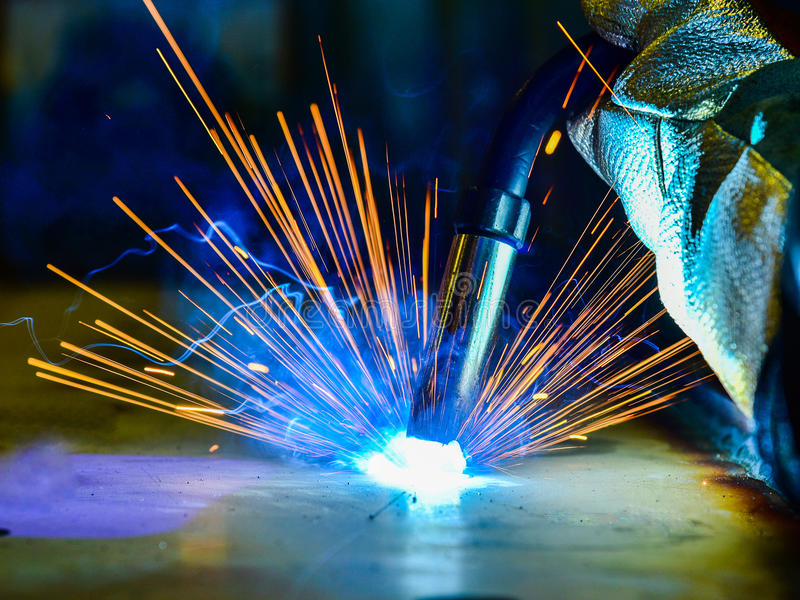 Soldador de aço industrial na fábrica técnica, fotos de stock