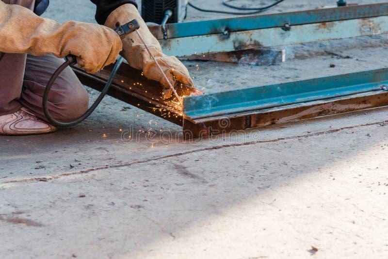Soldador doméstico o soldador solda o ferro O metal de soldas do soldador fotografia de stock royalty free