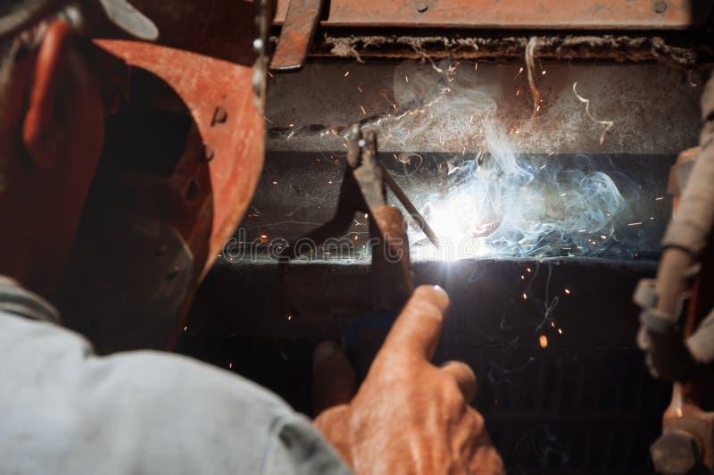 Soldador, erigiendo el acero técnico Soldador de acero industrial Craf fotos de archivo