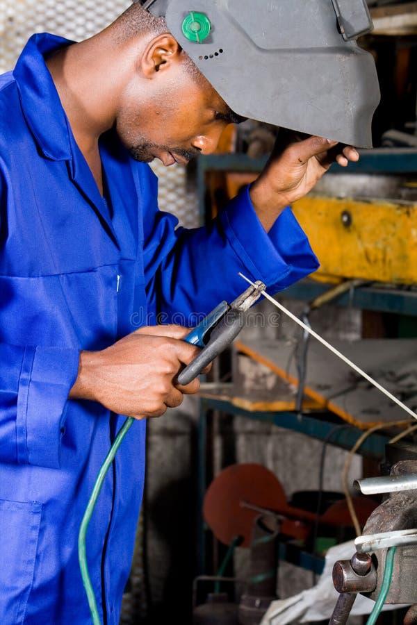 Soldador industrial no trabalho fotografia de stock royalty free