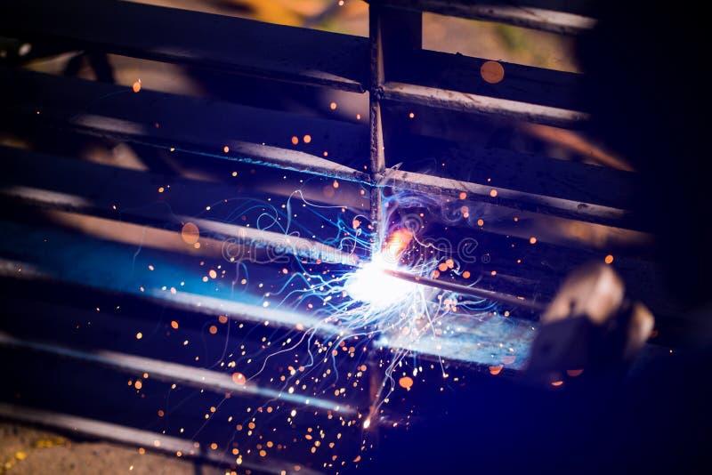 Soldador que erige el acero técnico Soldador de acero industrial de hecho imágenes de archivo libres de regalías