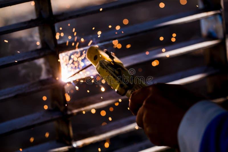 Soldador que erige el acero técnico Soldador de acero industrial de hecho fotos de archivo