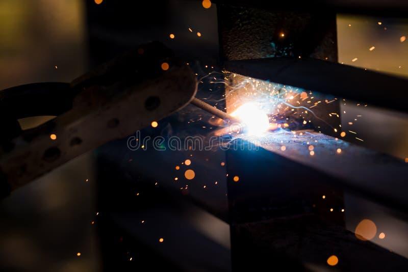 Soldador que erige el acero técnico Soldador de acero industrial de hecho imagenes de archivo