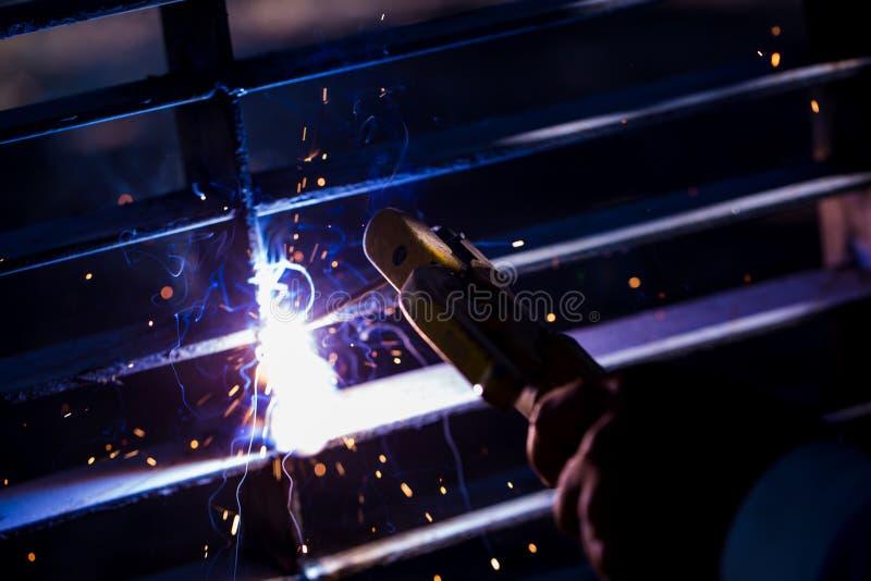 Soldador que erige el acero técnico Soldador de acero industrial de hecho imagen de archivo