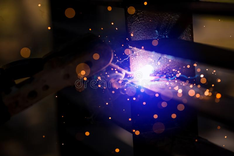 Soldador que erige el acero técnico Soldador de acero industrial de hecho imagen de archivo libre de regalías