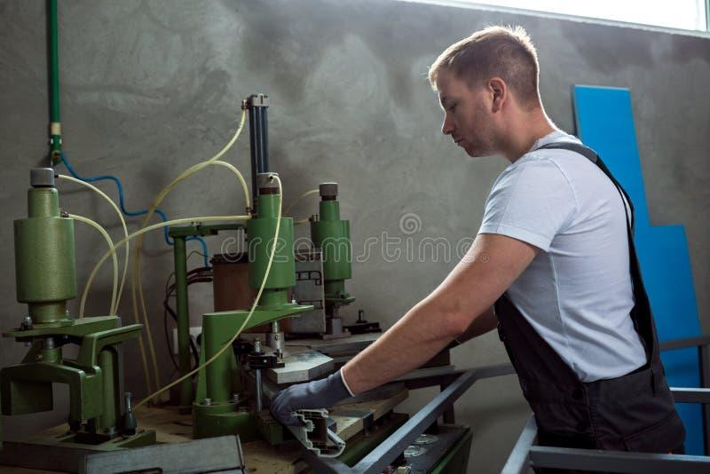 Soldadora de funcionamiento del trabajador en fábrica imágenes de archivo libres de regalías