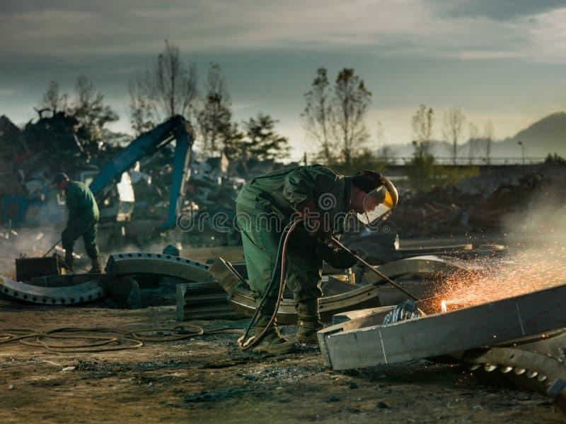 Soldadores que cortan el metal para reciclar foto de archivo libre de regalías