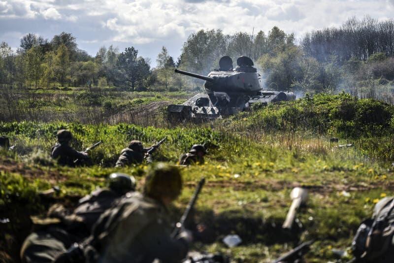 Soldados alemanes y el tanque ruso Reconstrucción histórica, soldados que luchan durante la Segunda Guerra Mundial imágenes de archivo libres de regalías