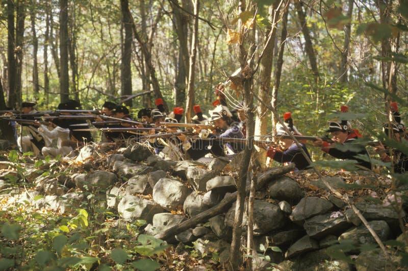 Soldados americanos durante la reconstrucción histórica de la guerra de revolucionario americano, acampamento de la caída, nuevo  foto de archivo libre de regalías