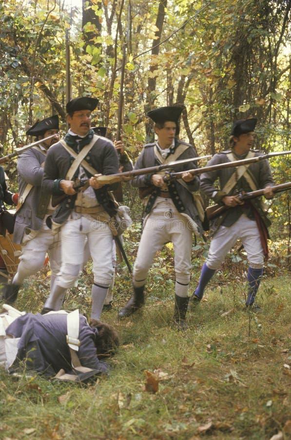 Soldados americanos durante la reconstrucción histórica de la guerra de revolucionario americano, acampamento de la caída, nuevo  imágenes de archivo libres de regalías