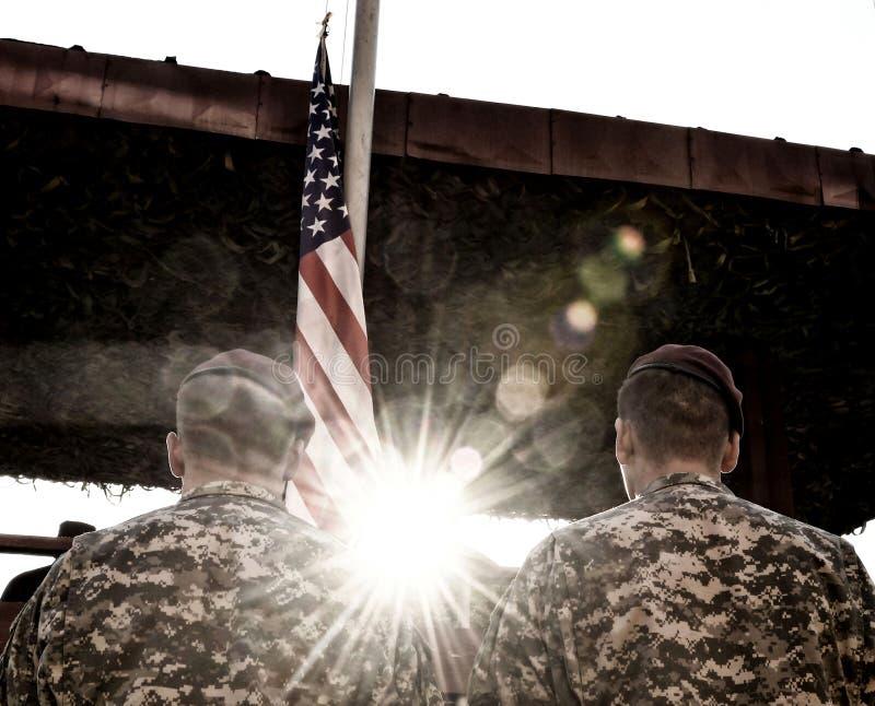 Soldados americanos e bandeira dos E.U. com luz solar fotografia de stock