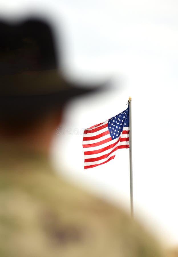 Soldados americanos e bandeira dos E.U. Exército dos EUA imagens de stock